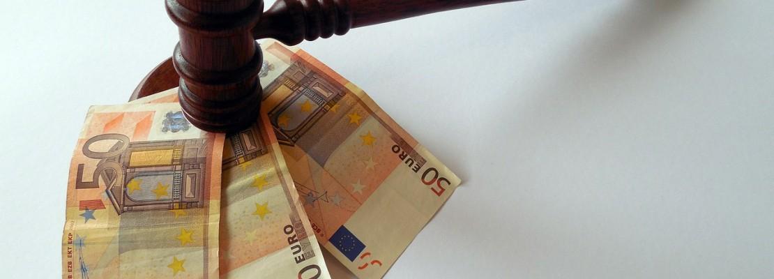 pieniądze i młotek sędziego